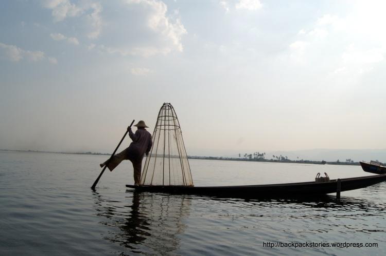 Balet na łódce, gdzie baletmistrzem jest zzwykły rybak. Rodziny tę umiejętność łowienia ryb przekazują sobie z pokolenia na pokolenie.