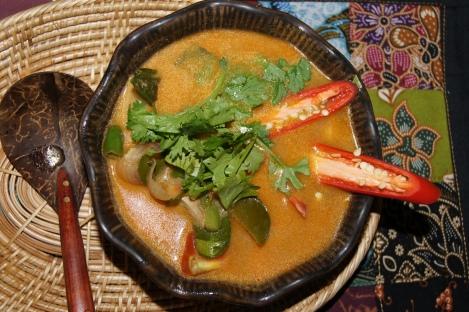 Najlepiej smakuje z ryżem. Wiekszość składników z zupy jest niejadalna, ale to właśnie one nadają jej wyjątkowy aromat